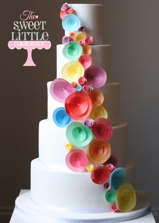 Торт украшенный разноцветной бумагой