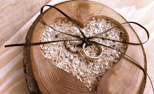 Идея упаковки подарка колец в срубе из дерева