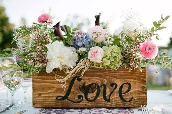 Букет цветов в деревянной коробке