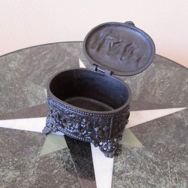 Шкатулка из чугуна для украшений