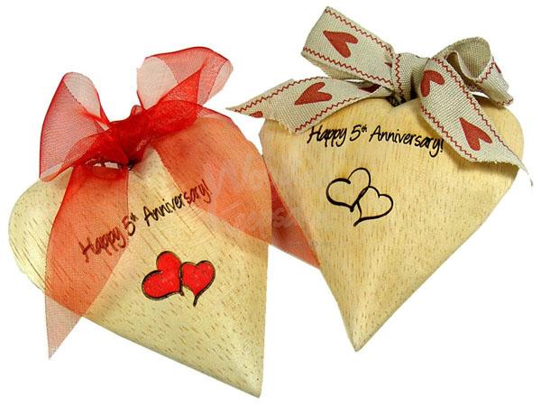 5 лет свадьбы два сердца из дерева
